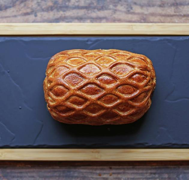 Beef Wellington uncut on board 800px